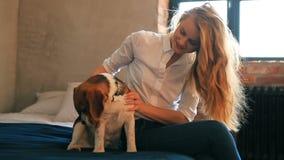 Muchacha con un perro metrajes