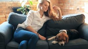 Muchacha con un perro almacen de video