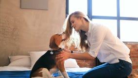 Muchacha con un perro