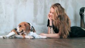 Muchacha con un perro almacen de metraje de vídeo