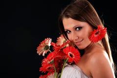Muchacha con un ramo de flores. Fotos de archivo libres de regalías