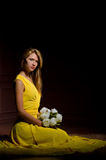 Muchacha con un ramo de flores Foto de archivo libre de regalías