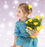 Muchacha con un ramo de flores amarillas Imagenes de archivo