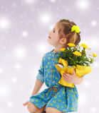 Muchacha con un ramo de flores amarillas Imagen de archivo