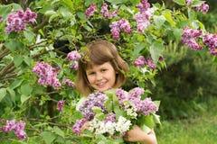 Muchacha con un ramo de lilas Foto de archivo libre de regalías