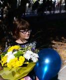 Muchacha con un ramo hermoso de flores Fotografía de archivo