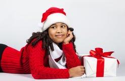 Muchacha con un regalo del Año Nuevo Muchacha alegre Foto de archivo