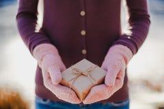 Muchacha con un regalo en sus manos Fotografía de archivo