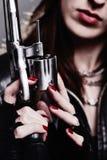 Muchacha con un revólver Imagenes de archivo