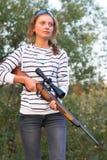 Muchacha con un rifle del francotirador Fotografía de archivo