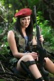 Muchacha con un rifle en el bosque Fotografía de archivo