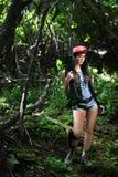 Muchacha con un rifle en el bosque Fotos de archivo