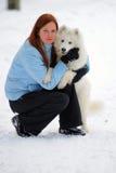 Muchacha con un samoyedo del perrito Foto de archivo