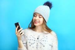 Muchacha con un smartphone Foto de archivo