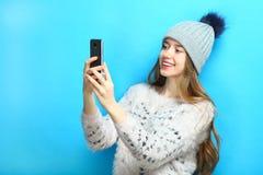 Muchacha con un smartphone Fotografía de archivo libre de regalías