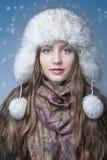 Muchacha con un sombrero blanco feliz en la nieve Foto de archivo