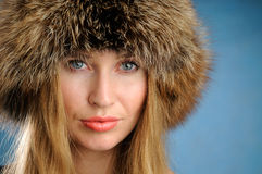 Muchacha con un sombrero de piel. Fotografía de archivo libre de regalías