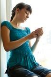 Muchacha con un teléfono Fotografía de archivo libre de regalías