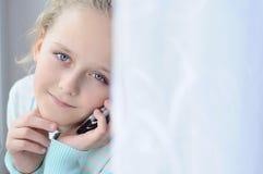 Muchacha con un teléfono Imágenes de archivo libres de regalías