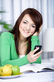 Muchacha con un teléfono celular Imagenes de archivo