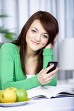 Muchacha con un teléfono celular Fotografía de archivo