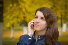 Muchacha con un teléfono celular Fotos de archivo libres de regalías