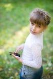 Muchacha con un teléfono de la pantalla táctil Fotografía de archivo