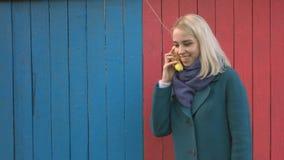 Muchacha con un teléfono del plátano metrajes
