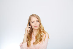 Muchacha con un teléfono elegante Aislado en blanco Imagenes de archivo