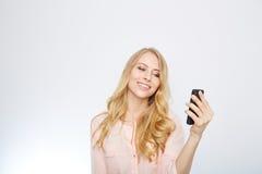 Muchacha con un teléfono elegante Aislado en blanco Fotografía de archivo
