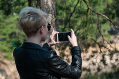 Muchacha con un teléfono en sus manos Fotos de archivo