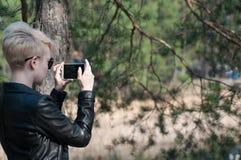 Muchacha con un teléfono en sus manos Imagen de archivo libre de regalías