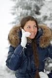 Muchacha con un teléfono móvil Fotos de archivo libres de regalías
