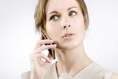 Muchacha con un teléfono móvil Fotos de archivo