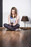 Muchacha con un teléfono móvil Fotografía de archivo