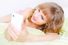 Muchacha con un teléfono móvil Fotografía de archivo libre de regalías