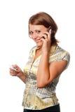 Muchacha con un teléfono móvil y un de la tarjeta de crédito Imágenes de archivo libres de regalías