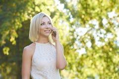 Muchacha con un teléfono Retrato Imagen de archivo libre de regalías