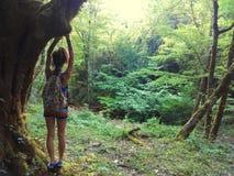 Muchacha con un viaje de mochila a la selva Foto de archivo libre de regalías