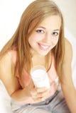 Muchacha con un vidrio de leche Foto de archivo