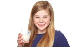 Muchacha con un vidrio de sonrisa de la leche y del bigote de la leche Fotografía de archivo