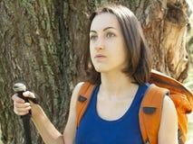 Muchacha con una acampada de la mochila Foto de archivo libre de regalías
