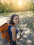 Muchacha con una acampada de la mochila Foto de archivo