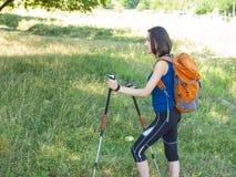 Muchacha con una acampada de la mochila Fotografía de archivo libre de regalías
