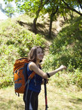 Muchacha con una acampada de la mochila Fotos de archivo