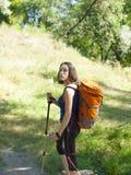 Muchacha con una acampada de la mochila Fotografía de archivo