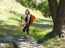 Muchacha con una acampada de la mochila Imagen de archivo