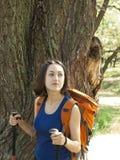 Muchacha con una acampada de la mochila Imágenes de archivo libres de regalías