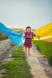 Muchacha con una bandera de Ucrania Imagen de archivo libre de regalías