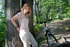 Muchacha con una bicicleta Foto de archivo